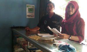 Polwan saat membawa brosur himbauan pada pada apotek di Kabupaten Bima.