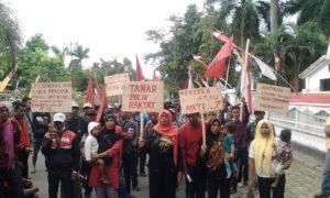 Warga Oi Katupa saat mendatangi kantor DPRD Kabupaten Bima untuk mengadu beberapa waktu lalu.