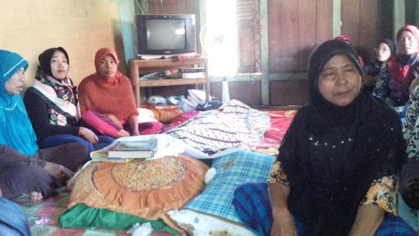 Jenazah Lilis saat disemayamkan di rumah duka, Warga Desa Baralau Kecamatan Monta. (Foto Hermansyah/bimakini.com)