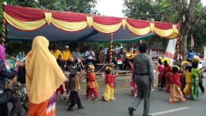 Camat Woha dan Muspika ditribun kehormatan menyambut kedatangan peserta karnaval.