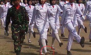 Salah seorang anggota Paskibraka Kabupaten Bima yang sepatunya lepas.