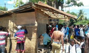 Massa saat aksi pembongkaran kios warga yang diduga menjual pil tramadol