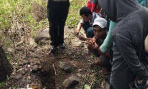Polisi dan warga saat melihat lokasi penemuan orok di Kelurahan Nungga