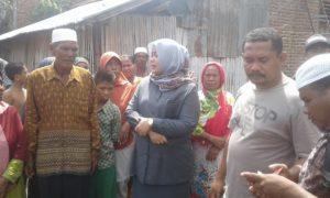 Bupati Bima, Indah Damayanti Putri saat berbdialog dengan korban kebakaran di Desa Leu