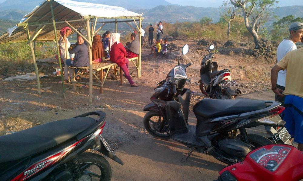 Warga yang menikmati indahnya Kota Bima dari bukit Jatiwangi.