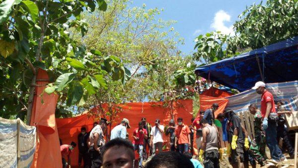 Tim Labfor Polri disaksikan keluarga dan masyarakat saat menggali kuburan Lilis.