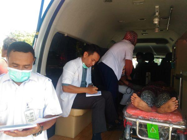 Tim medis RSUD Bima saat memeriksa ibu yang mengalami penumpukan cairan.