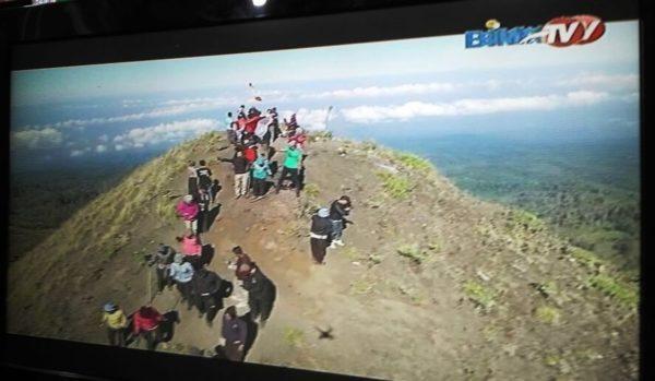 Polwan Polres Bima Kabupaten saat merayakan HUT ke--68 di Puncak Tambora.