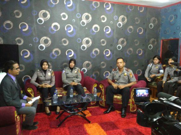 Berbagi cerita di Studio Bima TV dalam acara Bima Menyapa.