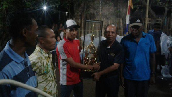Anggota DPRD Kabupaten Bima, Ilham, saat menyerahkan hadiah pada pemenang dalam rangka HUT ke-71 RI di Desa Timu.