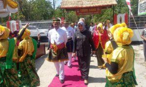 dokhumaspro: Ketua KPU RI didamping Bupati Bima saat menuju lokasi peresmian Sancaka Pemilu, Kamis lalu.