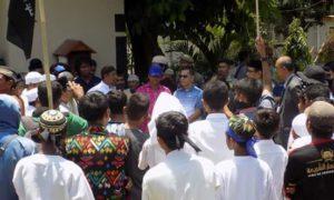 dokfbnaskj: Massa FUI Bima saat mendatangi DPRD Kota Bima, Kamis siang.