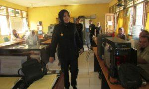 Bupati Bima, Hj. Indah Dhamayanti Putri saat sidak di ruanh Humas dan Protokol.