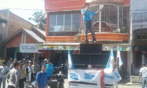 Aksi PK KNPI Bolo meyorot revitalisasi pasar Sila, mereka sempat memblokir jalan.