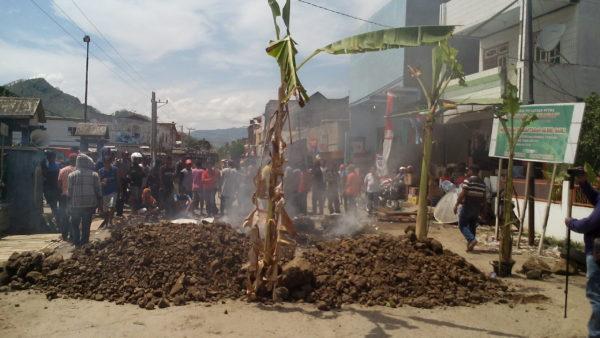 Jalan Lintas Tente - Langgudu yang masih diblokir warga.
