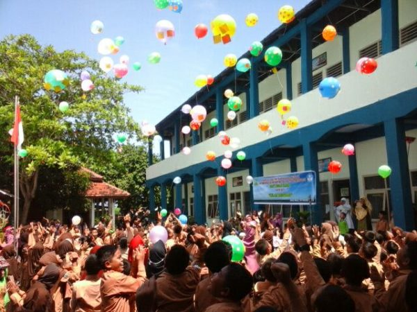 Balon harapan dan cita-cita siswa SDIT Insan Kami yang dilepas ke udara.