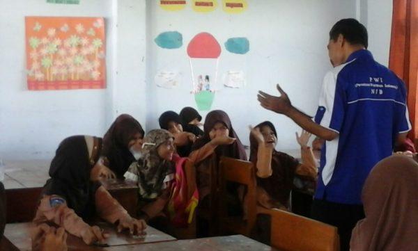Relawan saat menginspirasi di dalam kelas.