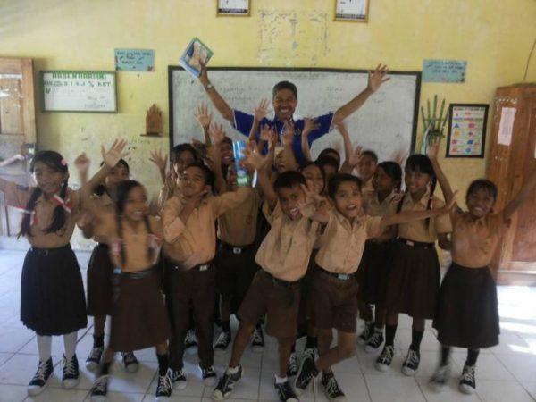 Keceriaan bersama anak-anak SDN 2 Rite, Ambalawi, Kabupaten Bima.