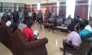 Suasana pertemuan di ruang VIP Bandara Bima antara perwakilan Warga Oi Katupa dan Pemkab Bima, Kamis. Pertemuan ini dimediasi oleh Kapolres Bima Kabupaten.