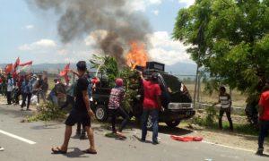 Mobil pendemo terbakar, mereka hendak menduduki bandara Bima.