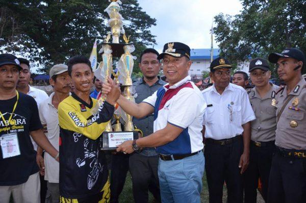 Dokhumaspro: Wawali saat menyerahkan hadiah bagi para pemenang.