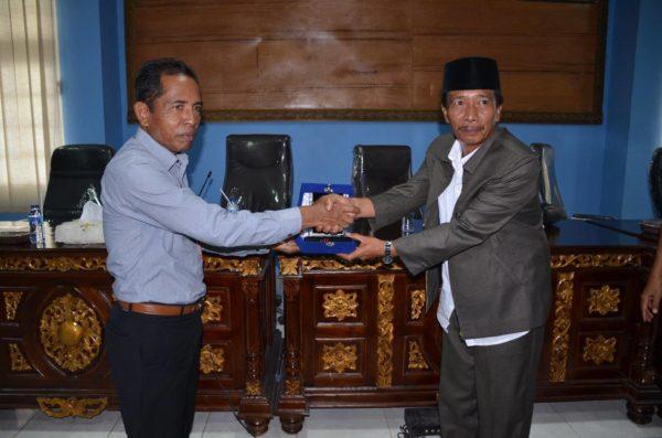 ANggota DPRD Bangkalan - Jawa Timur saat tukar cinderamata dengan Kepala DInas Dikpora Kota Bima, H Alwi Yasin.