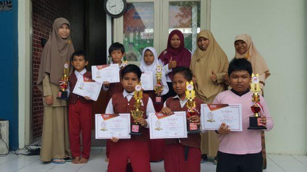 Kepala sekolah dan guru mendampingi siswa-siswinya yang meraih juara pada Olimpiade Primagama.
