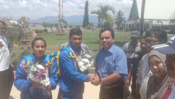 Kadis Dikpora Kabupaten Bima, Tajudin, SH, MSi saat menyambut Andrian dan Fifit di Bandara Bima, Sabtu.