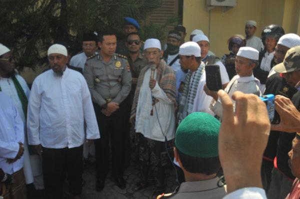 Kapolres Bima Kota, AKBP Ahmad Nurman Ismail, SIK saat menerima massa aksi.