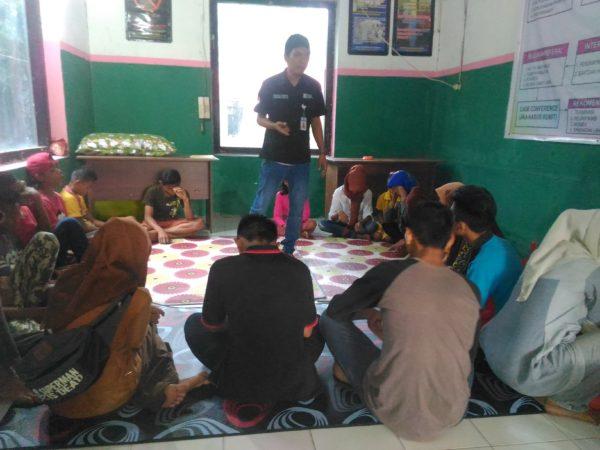 doklpakobi: Suasana saat Pekerja Sosial menghibur ABH dalam kegiatan Tepak, Sabtu sore lalu.