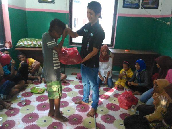 doklpakobi: Anak-anak saat menerima bantuan dari program Dinsopencapil NTB.
