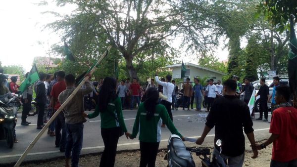 Aksi blokade jalan yang dilakukan oleh massa HMI Komisariat STKIP Taman Siswa, Jumat.