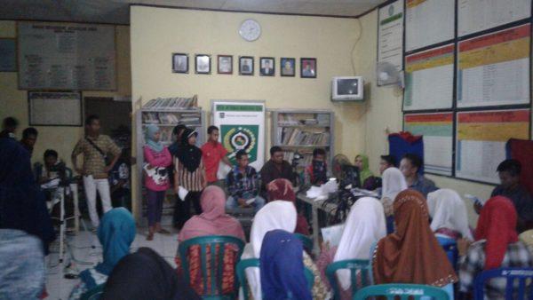 Warga Dena Kecamatan Madapangga antusiash mengikuti perekaman eKTP.