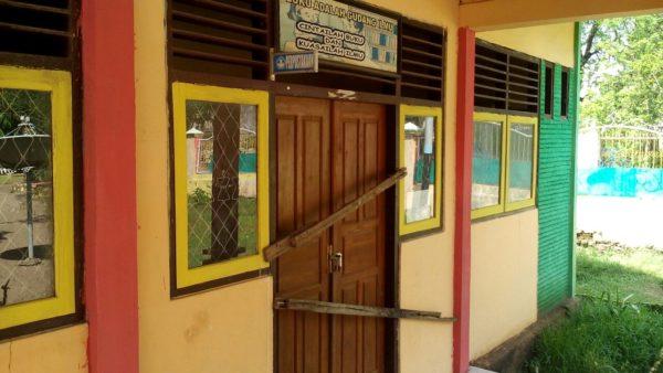 Kondisi perpustakaan SDN 1 Teke yang disegel oleh guru. Namun Kepala sekolah membantah ada penyegelan.