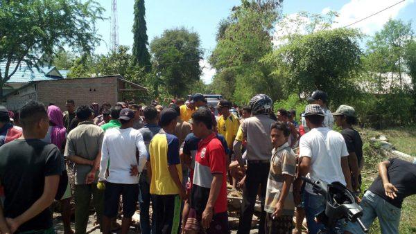 Warga Risa memblokir jalan sebagai buntut penganiayaan oleh warga Donggobolo.