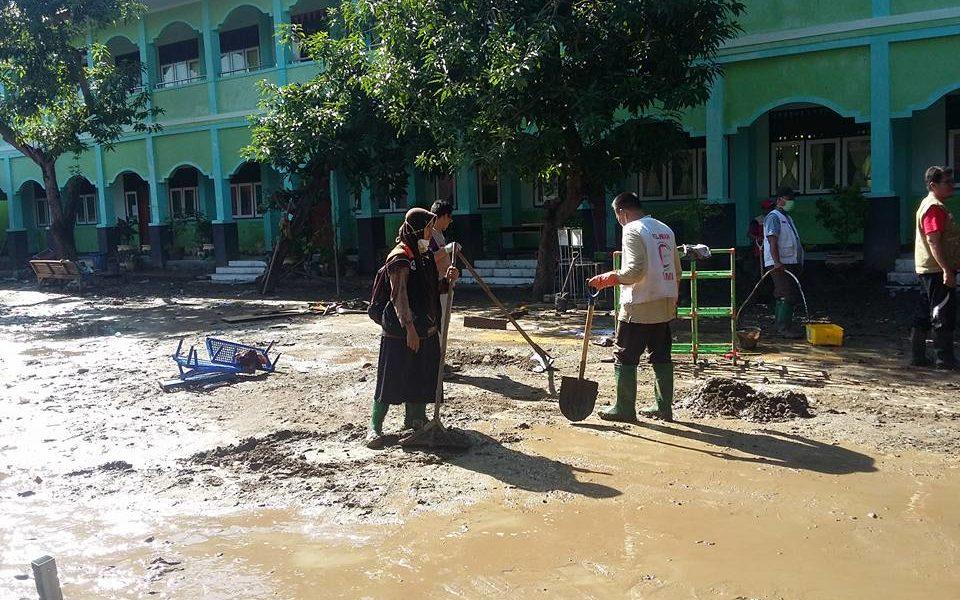 Relawan Bersihkan Min Kota Bima Bimakini
